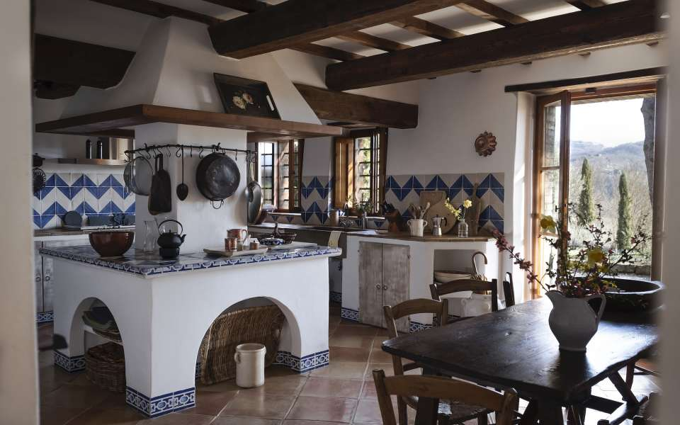main villa, spacious kitchen with breakfast table